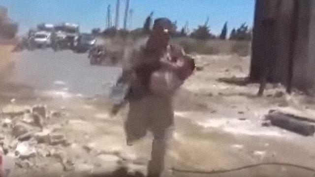 Video: Soldado rescata a niño entre el fuego cruzado en Siria