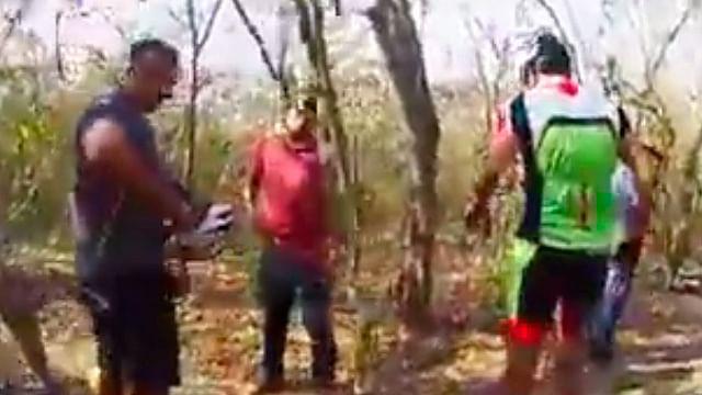 Ciclistas captan en video el momento en que son asaltados