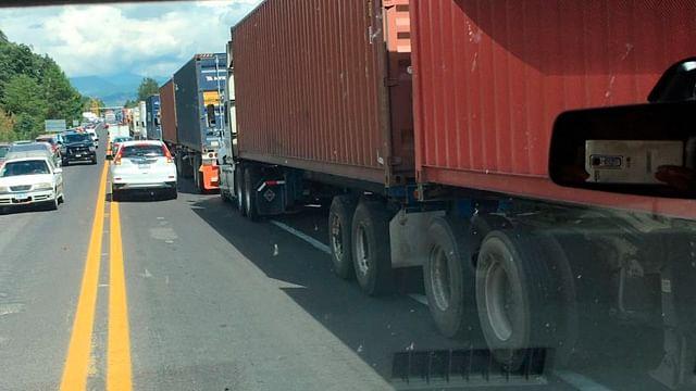 CNTE impide paso a tráileres y unidades de carga en la caseta de Zirahuén