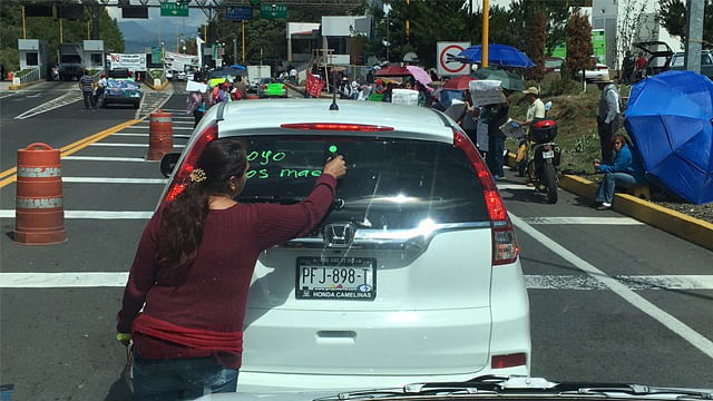 CNTE comienza a tomar casetas de peaje en Michoacán