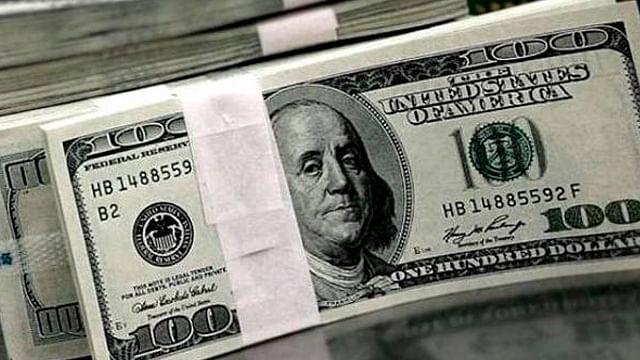 Venden dólar en 18.98 pesos en casas de cambio del AICM