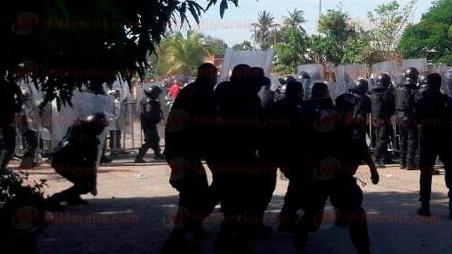 CNTE y GOEs se enfrentan en Lázaro Cárdenas; hay 4 policías heridos
