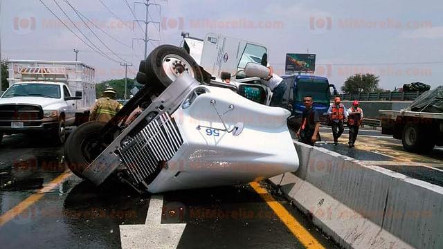 Vuelca pipa cargada con aceite en la Autopista de Occidente