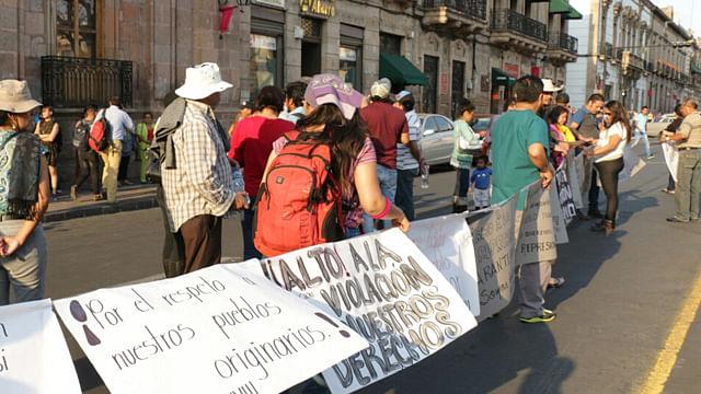 Manifestantes cierran avenida Madero en apoyo a Arantepacua