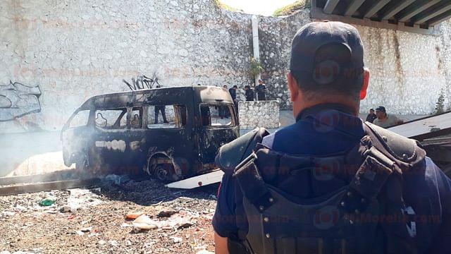 Normalistas queman y pintarrajean vehículos