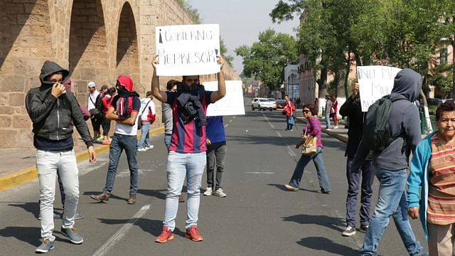 Normalistas bloquean avenida Acueducto