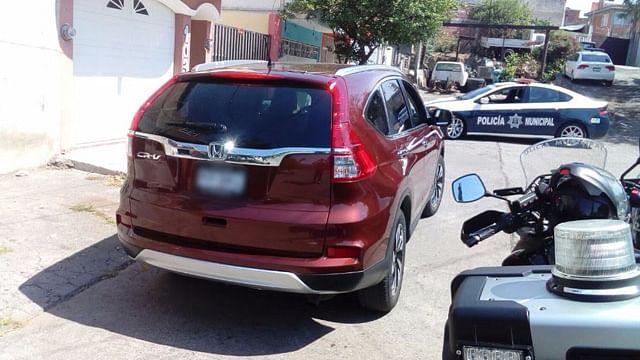 Asegura Adriana Hernández que pueden circular vehículos sin placa