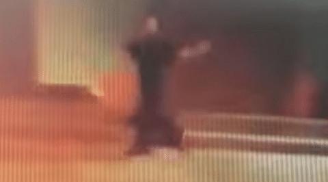 Mujer desnuda persigue a su novio para recuperar su celular [Video]