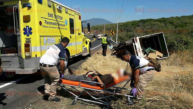 Chofer se lesiona al incrustar su camioneta en barra de contención en Zamora