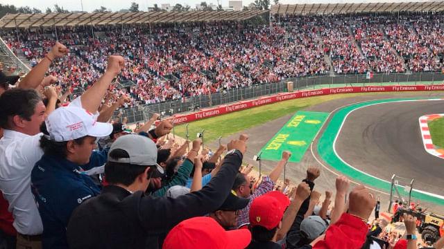 Levantan el puño para honrar a víctimas del sismo durante el GP de México