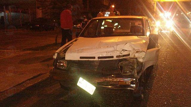 Camioneta impacta a un camión en el Libramiento de Morelia