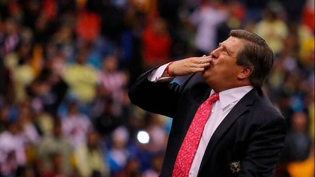Aficionados de Monterrey provocan al 'Piojo' Herrera ¡y les levanta el dedo!