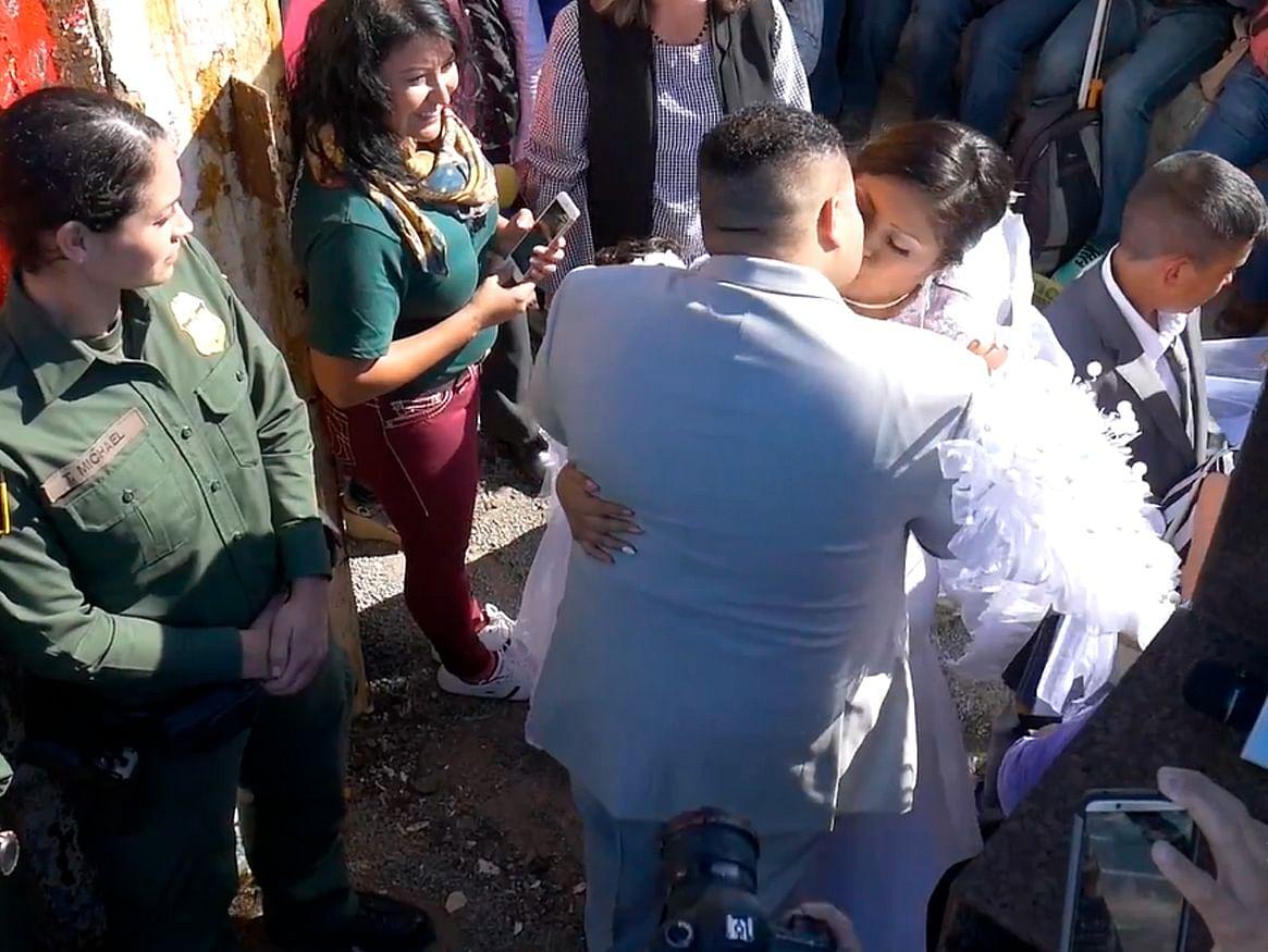 Video: Se casan en el muro fronterizo mexicana y estadounidense