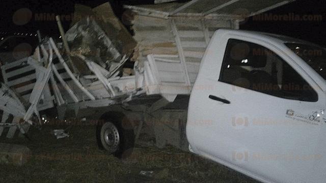 Tres muertos e igual número de heridos en volcadura de camioneta en Penjamillo