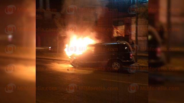 Camioneta se incendia tras choque contra auto, hay una mujer herida