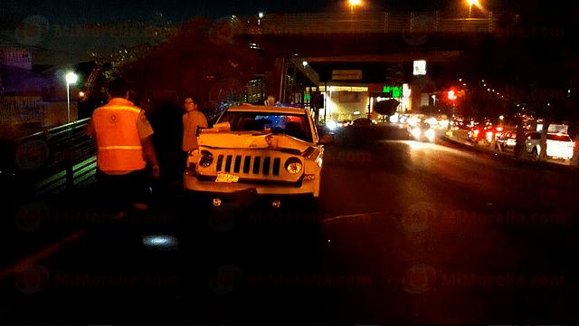 Se estrellan dos camionetas frente a Costco; hay cinco heridos