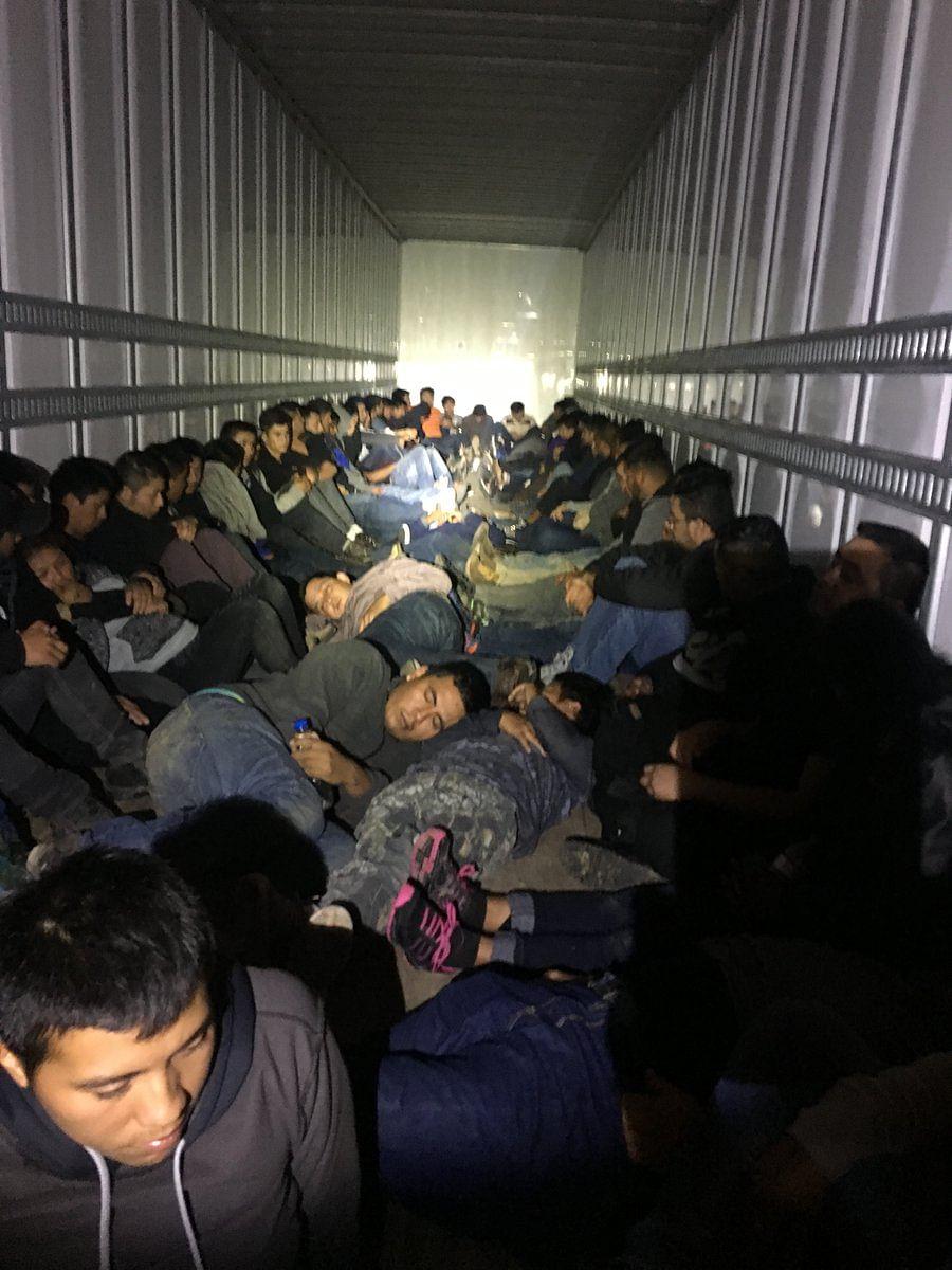 Patrulla fronteriza halla a 76 migrantes en la caja de un tráiler