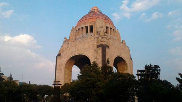 Hombre cae del Monumento a la Revolución y muere