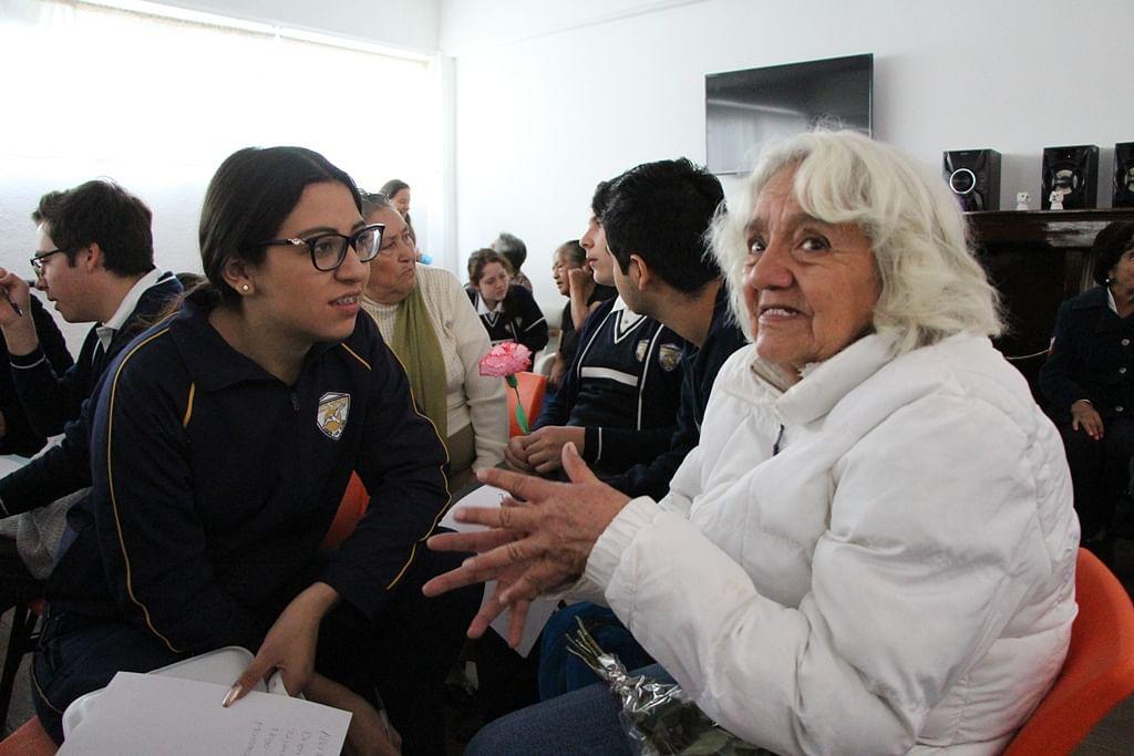 Conviven alumnos de prepa con abuelitos de la Estancia del Adulto Mayor en Zitácuaro