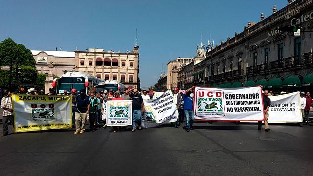 Manifestación bloquea paso vehicular en avenida Madero