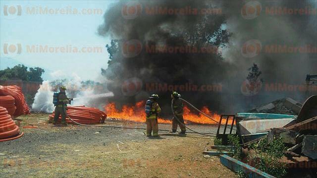 Arde fábrica de mangueras y postes en Morelia