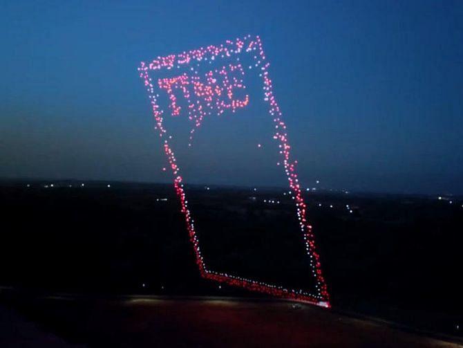 """Con 958 drones, """"Time"""" trazó en el cielo la portada de su próxima edición"""