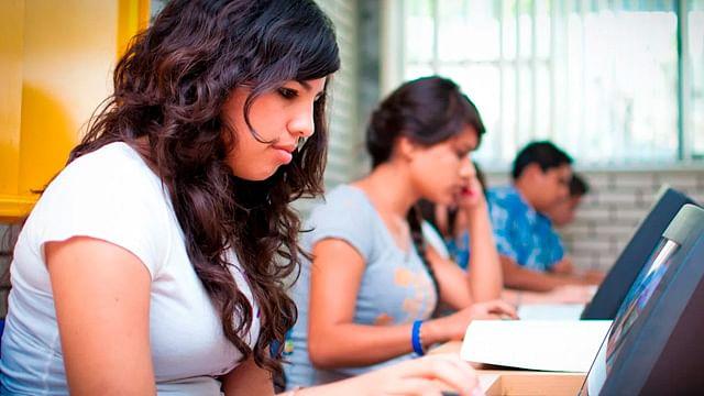 Mujeres: mejores estudiantes universitarias que hombres