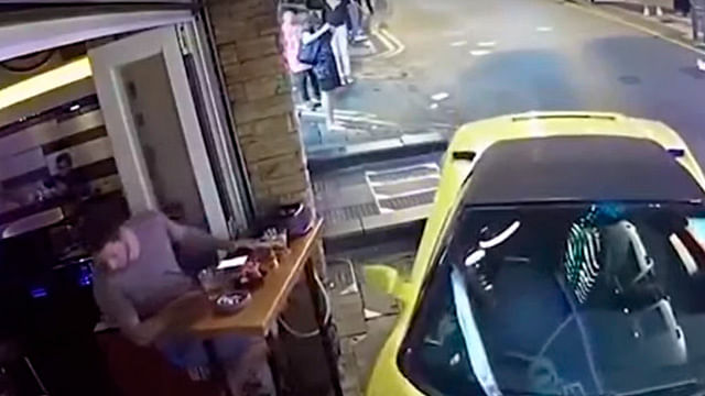 Lamborghini sin conductor choca contra un bar (Video)