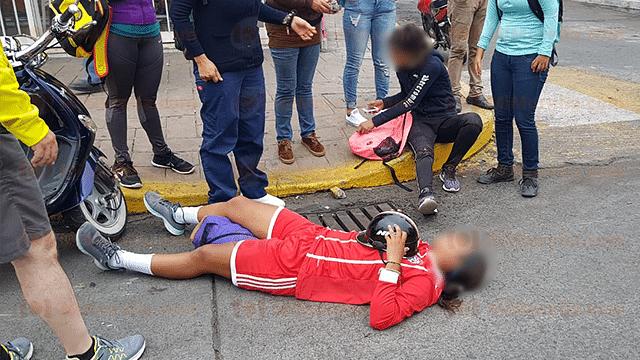 Adolescentes en motoneta chocan contra motocicleta y quedan heridas