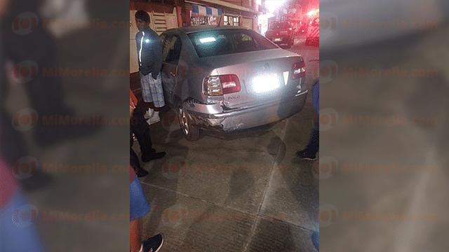 Impactan auto y camioneta en Zitácuaro; hay un lesionado
