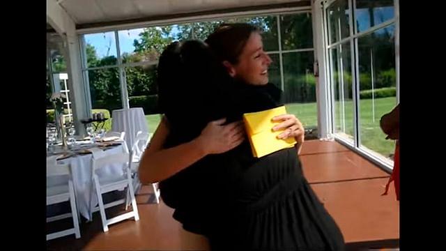 Mujer cancela boda e invita a indigentes al banquete