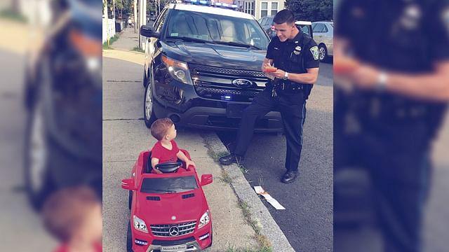 """Policía detiene a bebé por """"conducir"""" sin licencia sobre la acera"""