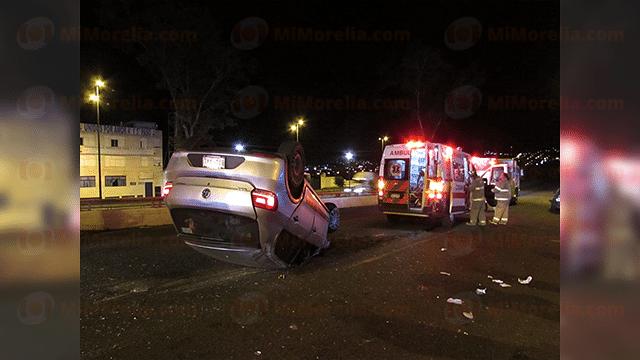 Volcadura tras choque en el Libramiento deja cuatro heridos; uno está grave
