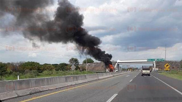 Bloquean carretera y prenden fuego a vehículo en Tierra Caliente