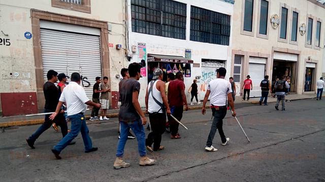 Ambulantes se enfrentan a policías; hay varios heridos [Video]