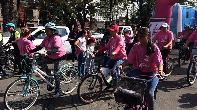 Ruedan en contra del cáncer de mama en Morelia