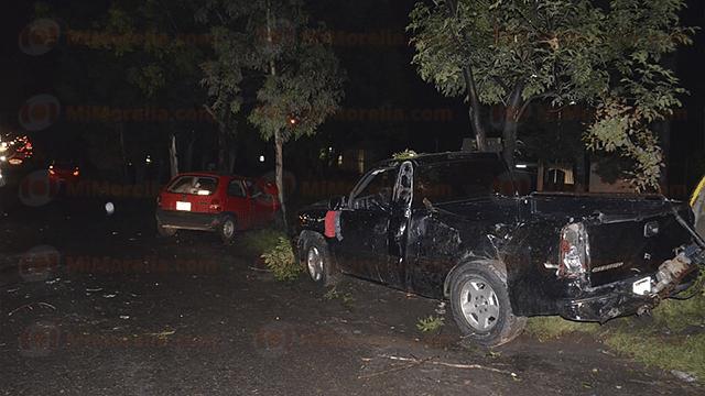 Chevy se impacta con camioneta en la Salida a Charo; hay tres heridos