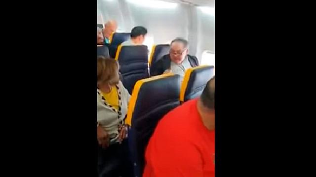Pasajero insulta y discrimina a mujer negra en un vuelo [video]