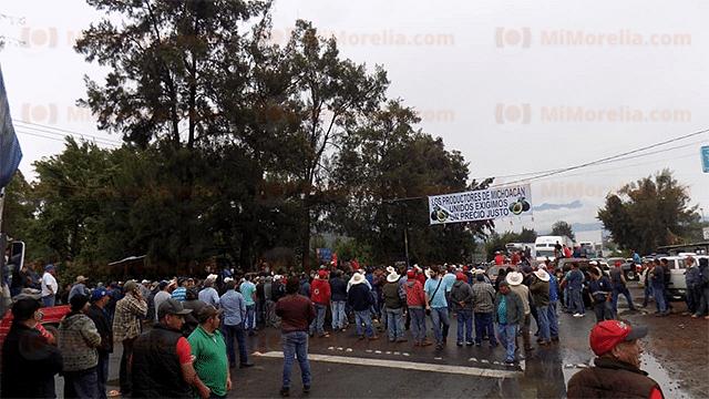 Se agudiza conflicto entre aguacateros y empacadores; retienen convoy en Los Reyes