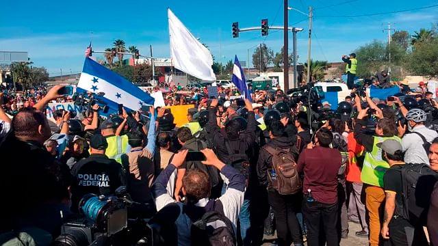 Migrantes rompen cerco policial en Tijuana, patrulla fronteriza reacciona
