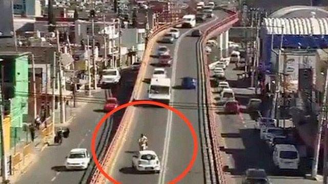 Pareja de motociclistas es impactada de frente por taxi en Ecatepec
