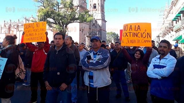 Empleados se manifiestan contra posible extinción de la Junta de Caminos de Michoacán