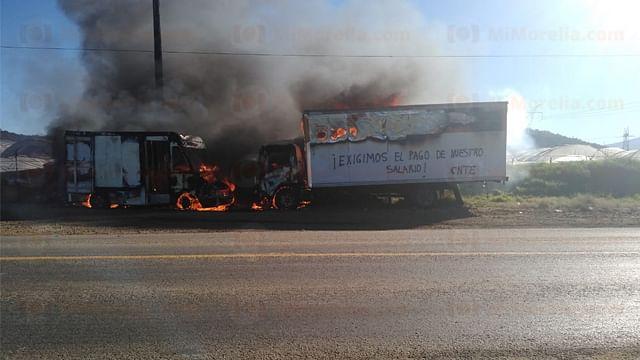 Manifestantes queman dos vehículos de carga en Purépero