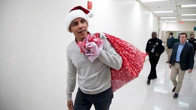 Familia Obama adelanta la navidad con regalos y bailes en hospitales