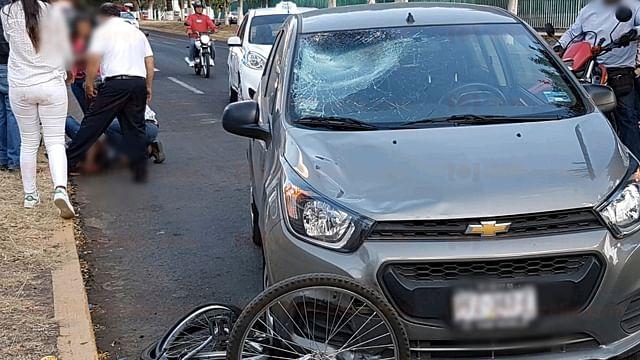 Auto arrolla a ciclista frente al Panteón Municipal