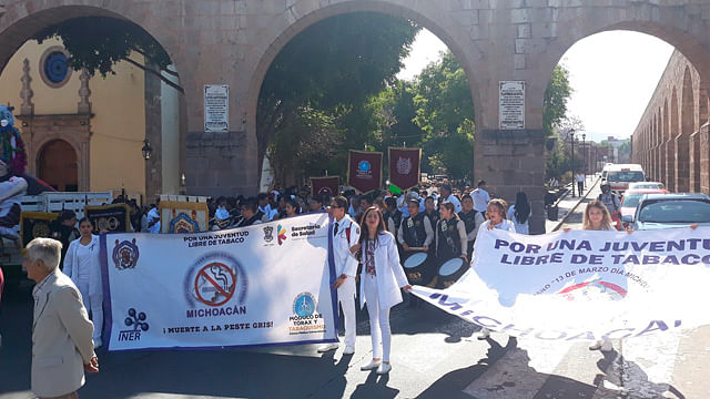 Morelianos marchan para conmemorar el Día Michoacano sin Fumar