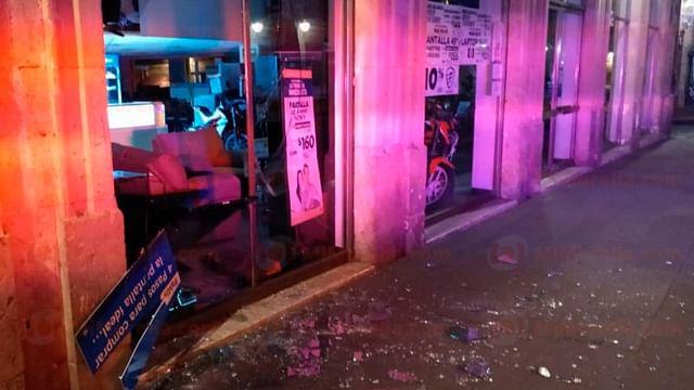 """Ladrón destroza cristal de la fachada de """"Salinas y Rocha"""" para robarse una tele"""