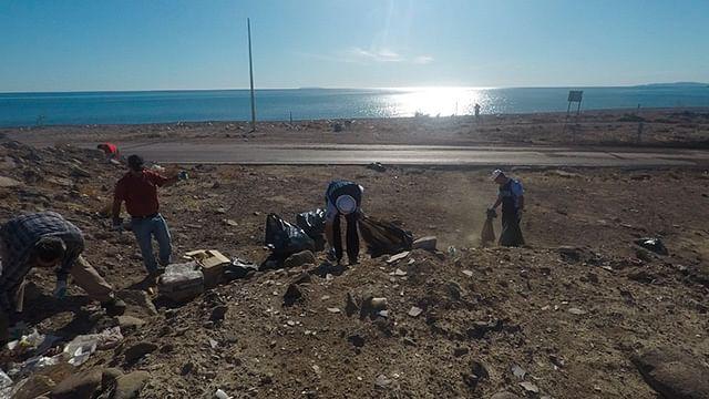 Armada de México limpia playas del municipio de Lázaro Cárdenas