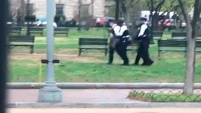 Hombre intenta prenderse fuego afuera de la Casa Blanca