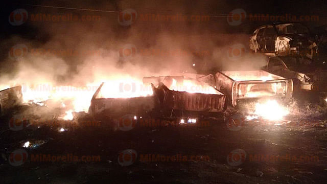 Se incendia deshuesadero de autos en Tarímbaro